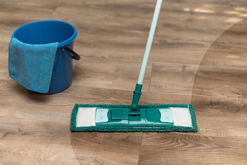 ใช้ผ้าถูพื้นที่บิดหมาดทำความสะอาด พื้นไม้ลามิเนต