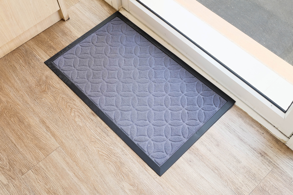 ใช้พรมเช็ดเท้าชนิดนิ่มวางตรงประตูทางเข้า บริเวณหน้าห้องน้ำ และทางเข้าบ้าน เพื่อกรองเศษฝุ่นและซับน้ำ